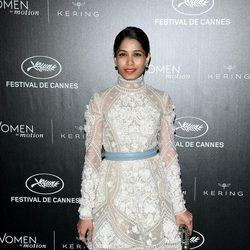 Freida Pinto en la cena oficial de Cannes 2016