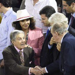 Jaime Ostos y Mari Ángeles Grajal saludando al Rey Juan Carlos en la corrida de San Isidro 2016
