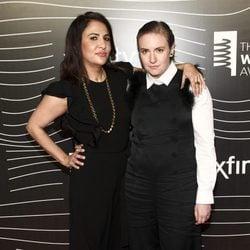 Jenni Konner y Lena Dunham en los premios Webby Awards 2016