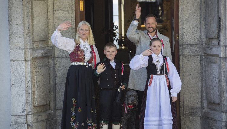 Haakon y Mette-Marit de Noruega con sus hijos Ingrid Alexandra y Sverre Magnus en el Día Nacional de Noruega 2016