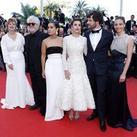 Pedro Almodóvar y Adriana Ugarte, Emma Suárez, Daniel Grao, Inma Cuesta y Michelle Jenner en la alfombra roja de 'Julieta' en el Festival de Cannes 2016