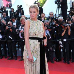Lara Stone en la alfombra roja de 'Julieta' en el Festival de Cannes 2016