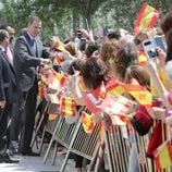 El Rey Felipe saluda a los ciudadanos de Tomelloso entre banderines de España