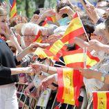 La Reina Letizia saluda a los ciudadanos de Tomelloso entre banderines de España