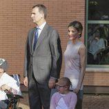 Los Reyes Felipe y Letizia con una niña en Talavera de la Reina