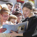 La Reina Letizia firma a una señora un especial sobre su boda con el Rey Felipe en Villanueva de los Infantes