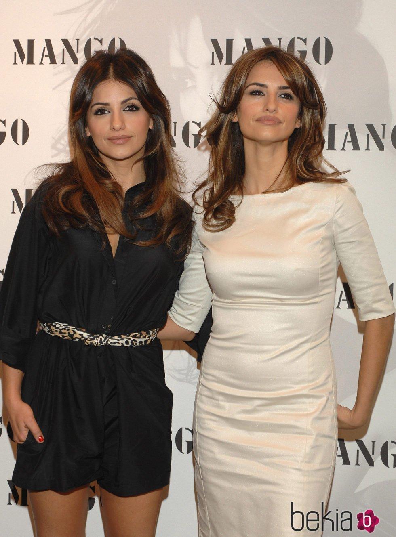 Penélope y Mónica Cruz posando en el photocall de Mango