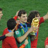 Iker Casillas con la copa de campeones del Mundial de Sudáfrica 2010