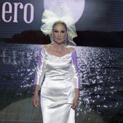 Rosa Benito desfilando vestida de novia en la Sálvame Fashion Week 2016