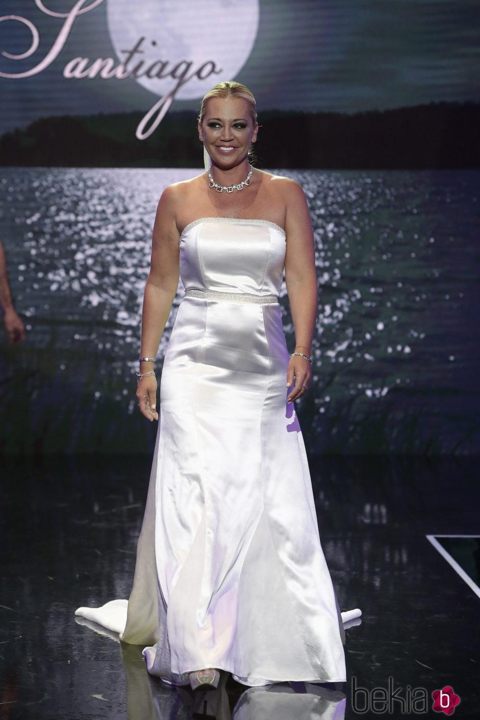 Belén Esteban desfilando vestida de novia en la Sálvame Fashion Week 2016