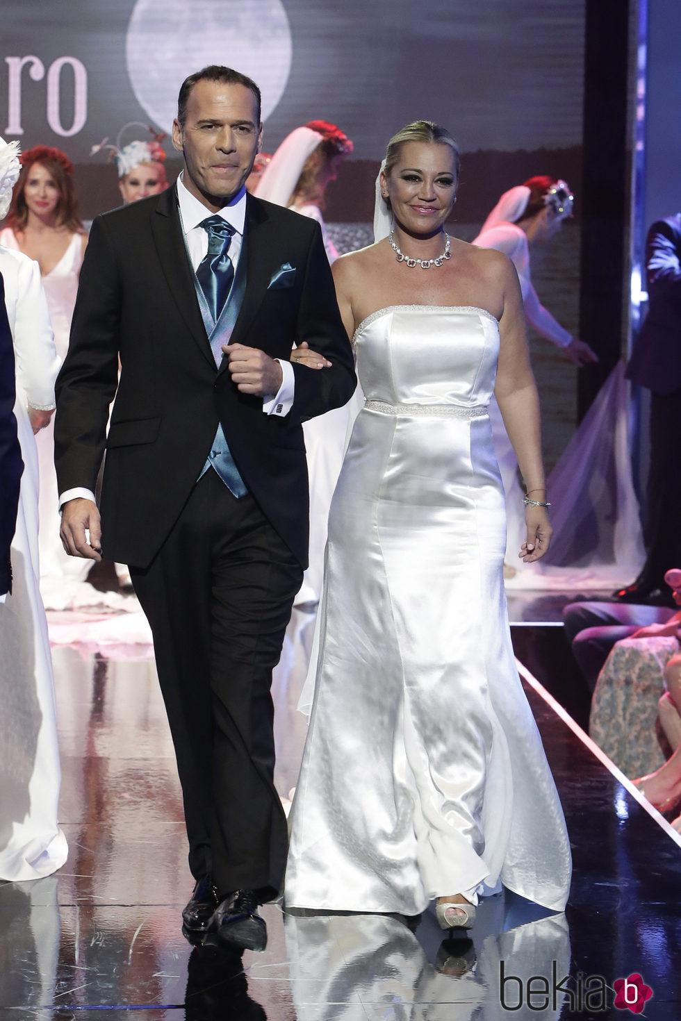 Belén Esteban y Carlos Lozano vestidos de novios desfilando en la Sálvame Fashion Week