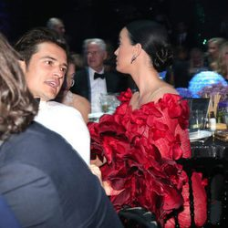 Orlando Bloom y Katy Perry compartiendo confidencias en la Gala amfAR de Cannes 2016