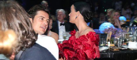 Orlando Bloom y Katy Perry compartiendo confidencias en la Gala amfAR de Cannes 2016