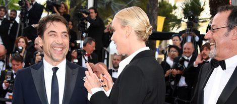 Charlize Theron hablando con Javier Bardem en el estreno de 'The last face' en Cannes 2016