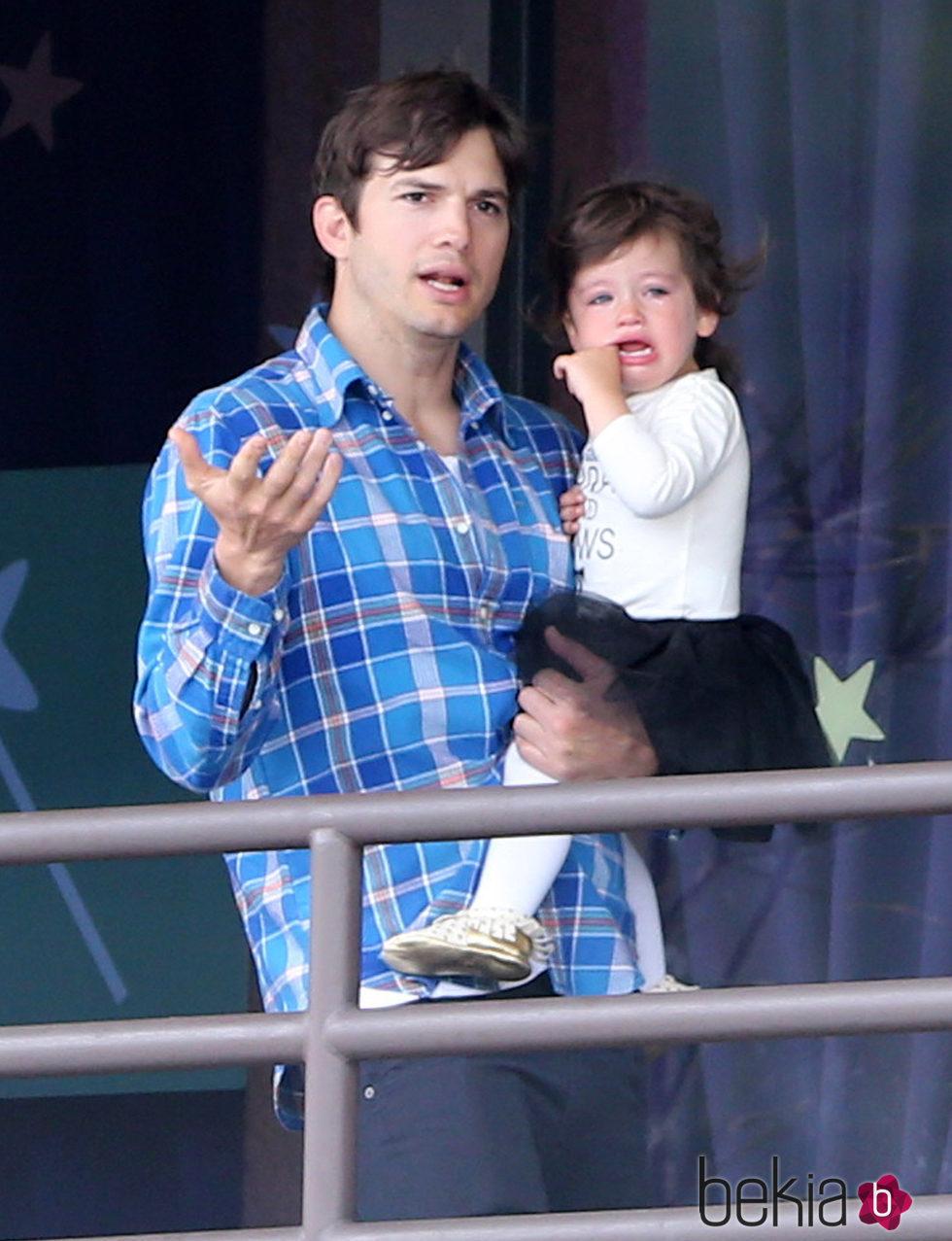 Asthon Kutcher junto a su hija desconsolada Wyatt