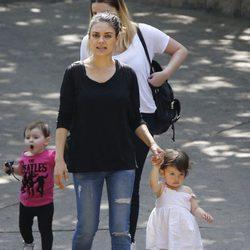 Mila Kunis en el zoo junto a su hija Wyatt