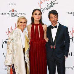 Maria Grazia Chiuri, Pierpaolo Piccioli y Keira Knightley en el estreno de 'La Traviata'  en Roma