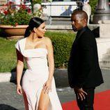 Kanye West mirando a Kim Kardashian en el estreno de 'La Traviata'  en Roma