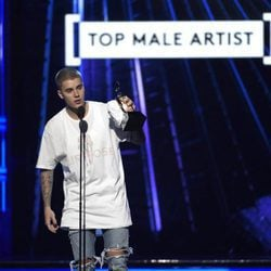 Justin Bieber con su galardón en los Premios Billboard 2016
