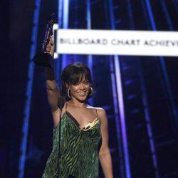 Rihanna con su galardón en los Premios Billboard 2016