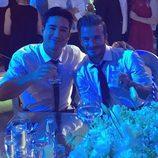 Mario Lopez brindando con David Beckham en la boda de Eva Longoria y José Baston
