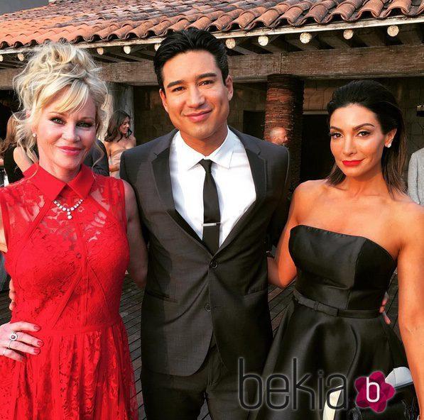 Mario Lopez y su mujer Courtney con Melanie Griffith en la boda de Eva Longoria y José Baston