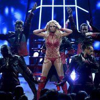 Britney Spears con sus bailarines en su actuación en los Premios Billboard 2016