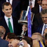 El Rey Felipe entrega la Copa del Rey 2016 al Barça