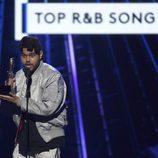 The Weeknd con su galardón en los Premios Billboard 2016