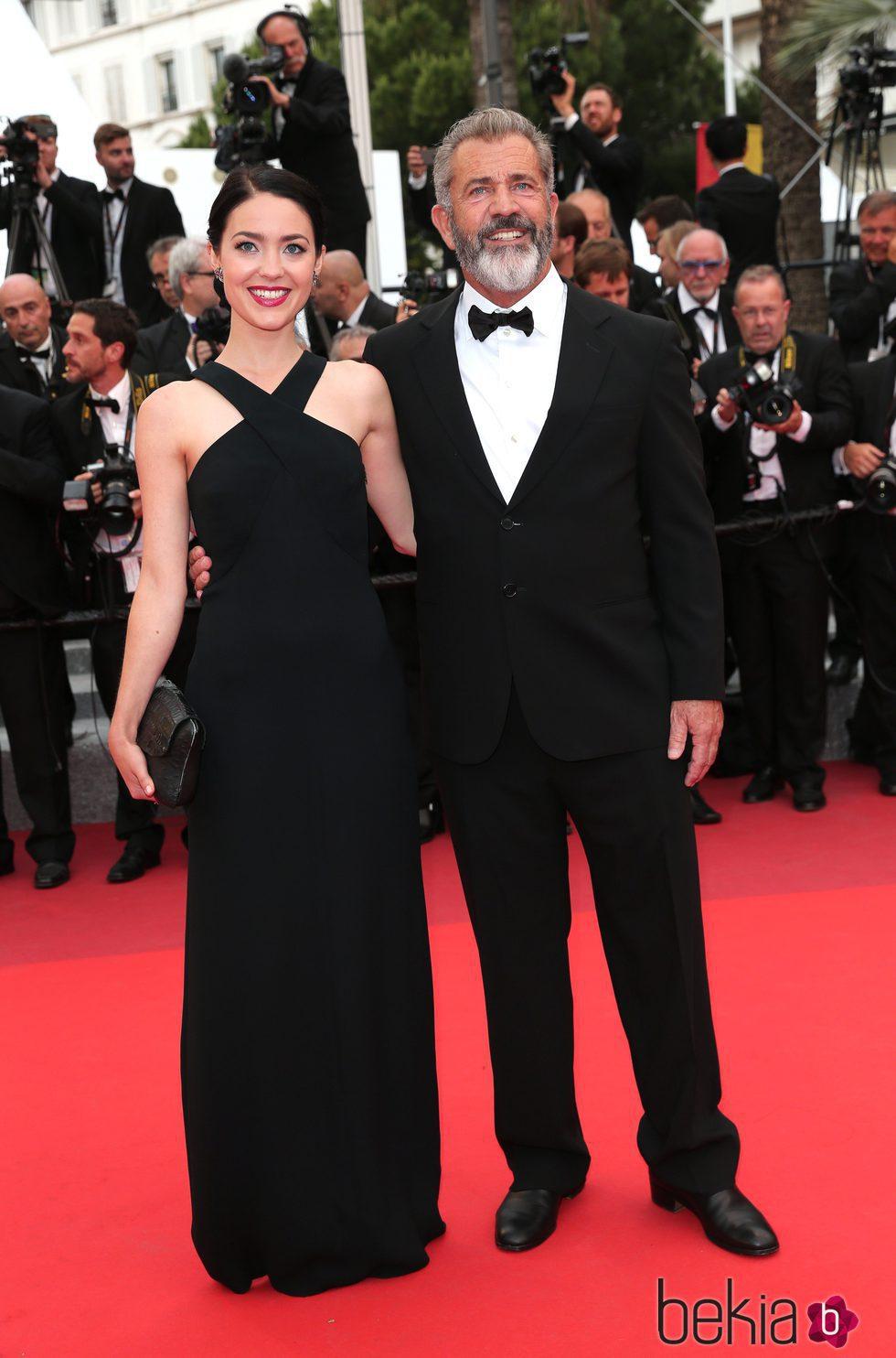 Mel Gibson y Rossalind Ross en la clausura del Festival de Cannes 2016