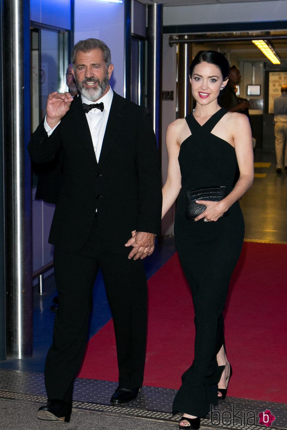 Mel Gibson y Rossalind Ross cogidos de la mano en la clausura del Festival de Cannes 2016