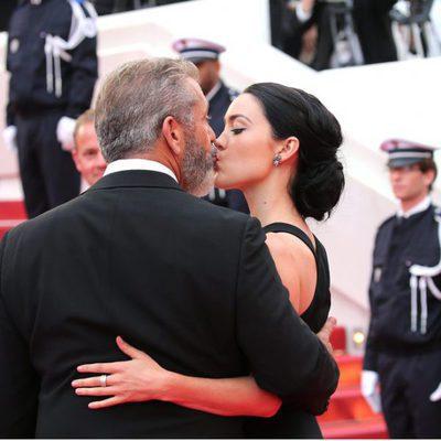 Mel Gibson y Rossalind Ross besándose en la clausura del Festival de Cannes 2016