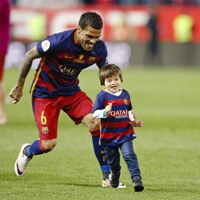 Dani Alves persigue a Thiago Messi en la final de la Copa del Rey 2016