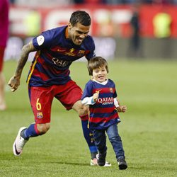 Dani Alves persigue a Thiago Messi en la final de la Copa del Rey 2016