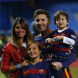 Leo Messi  y Antonella Roccuzzo con su hijo Thiago en la final de la Copa del Rey 2016