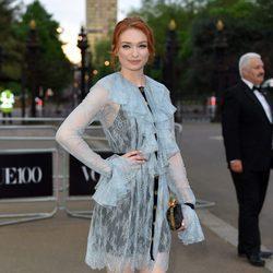 Eleanor Tomlinson en la fiesta del 100 aniversario de Vogue en Londres