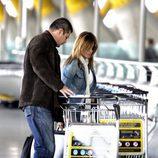 Ivonne Reyes con su hermano David Fernando Reyes en el aeropuerto de Madrid