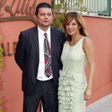 Ivonne Reyes con su hermano David Fernando Reyes en la Comunión de su hijo