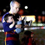Andrés Iniesta con su hijo Paolo Andrea en brazos en la celebración de la Copa del Rey 2016
