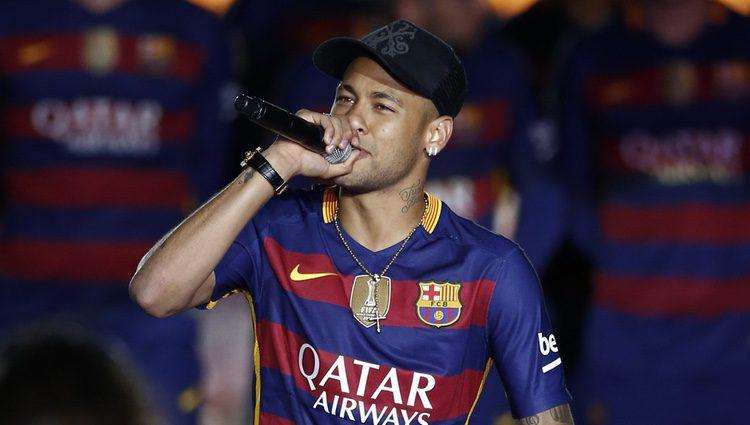 Neymar con su hijo en la celebración de la Copa del Rey 2016