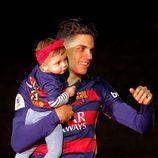 Marc Bartra con su hija Gala en la celebración de la Copa del Rey 2016