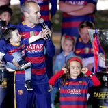 Andrés Iniesta con sus hijos Valeria y Paolo Andrea en la celebración de la Copa del Rey 2016