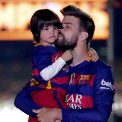 Gerard Piqué besa a su hijo Milan en la celebración de la Copa del Rey 2016