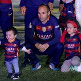 Paolo Andrea Iniesta da sus primeros pasos junto a Andrés Iniesta y Valeria Iniesta en el Camp Nou