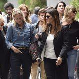 Fiona Ferrer, Mónica Martín Luque y Arancha de Benito arropan a Ivonne Reyes en la capilla ardiente de su hermano