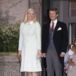 Mette-Marit de Noruega y  Frederik de Dinamarca en el bautizo de Oscar de Suecia