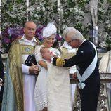 Carlos Gustavo de Suecia impone la orden de los serafines a su nieto Oscar en su bautizo