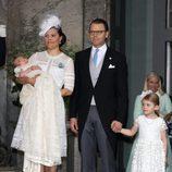 Victoria y Daniel de Suecia con su hijos Estela y Oscar en el bautizo de Oscar de Suecia