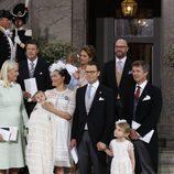 Oscar de Suecia con sus padres y padrinos durante su bautizo