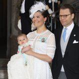 Victoria y Daniel de Suecia con su hijo Oscar en su bautizo